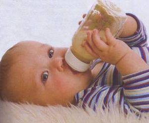 Малышам нельзя пить из бутылки лежа